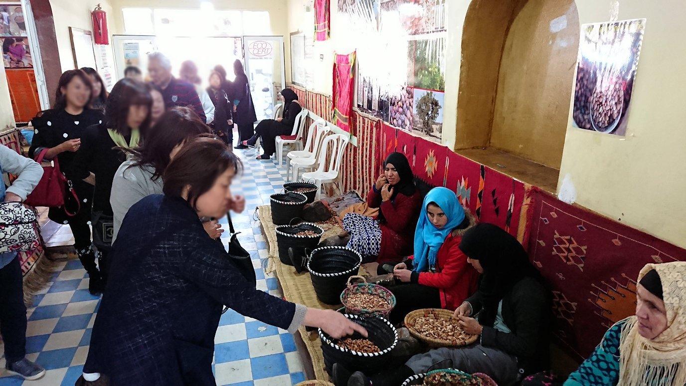 モロッコのティシュカ峠からマラケシュヘ移動の途中にあるアルガンオイルのお店に寄る2