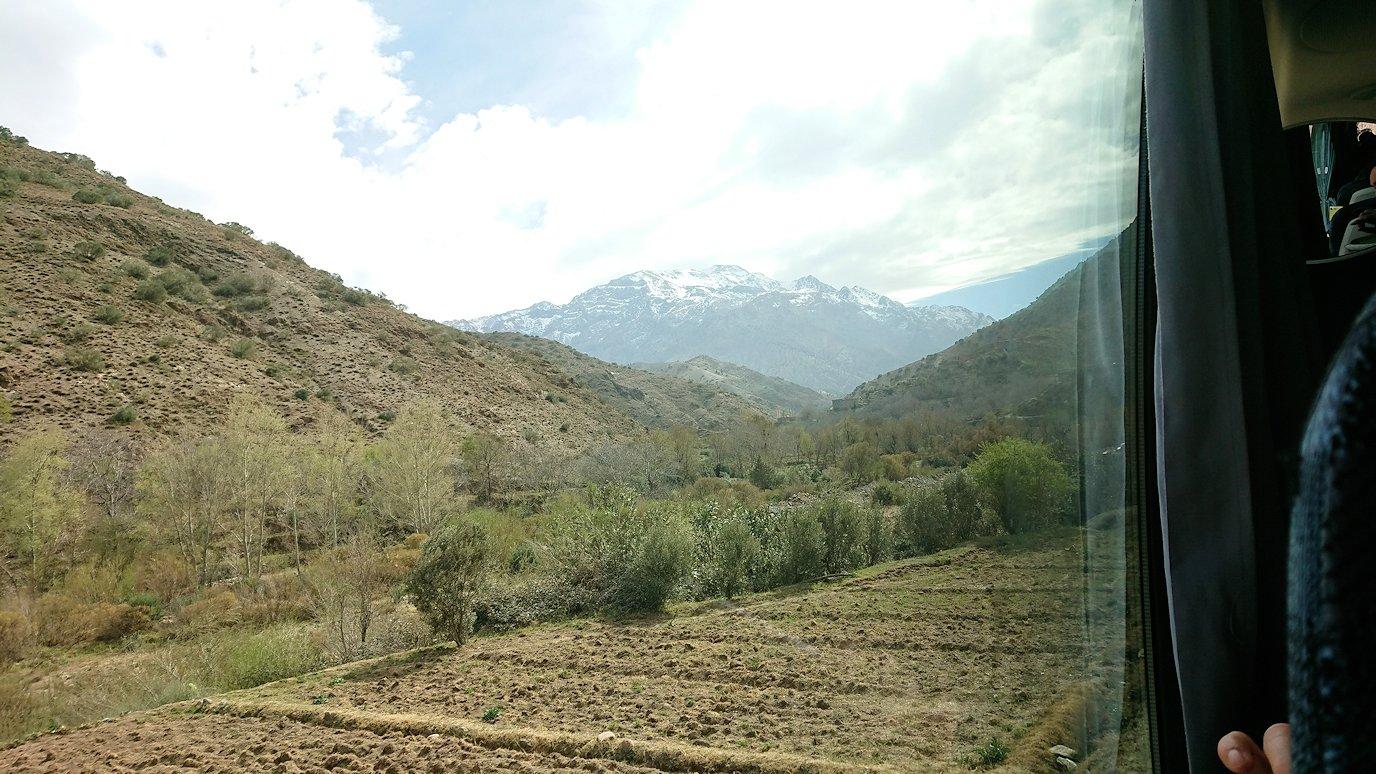 モロッコのティシュカ峠からマラケシュヘ移動途中の景色1