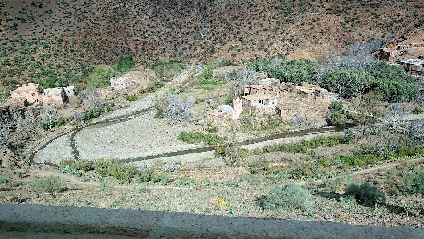 モロッコのティシュカ峠からマラケシュヘ移動途中の景色3