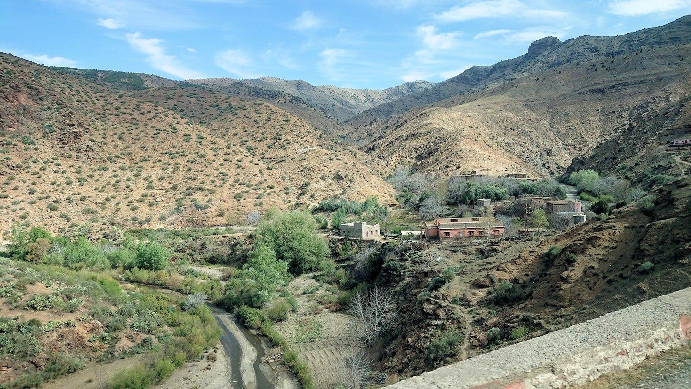 モロッコのティシュカ峠からマラケシュヘ移動途中の景色4