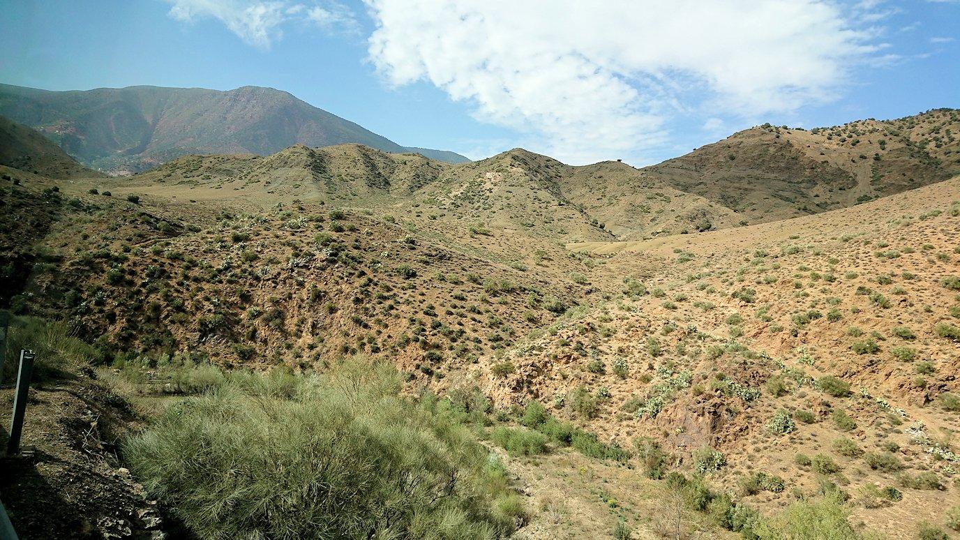 モロッコのティシュカ峠からマラケシュヘ移動途中の景色5