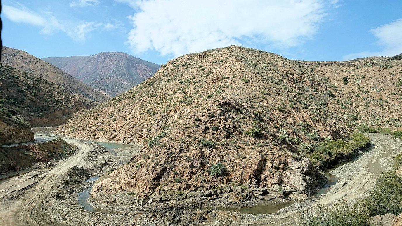 モロッコのティシュカ峠からマラケシュヘ移動途中の景色6