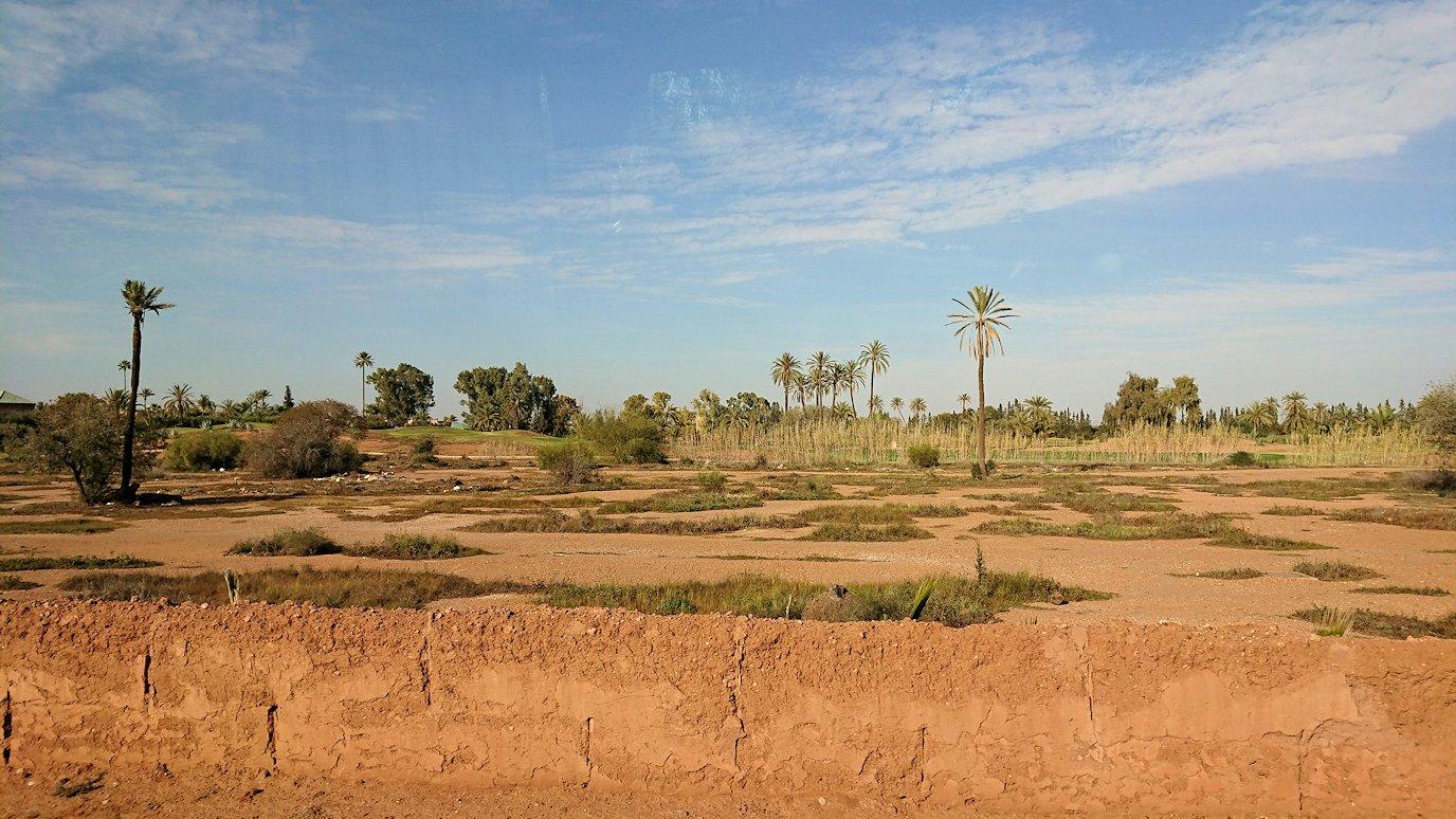 モロッコのティシュカ峠からマラケシュヘ移動途中の景色8