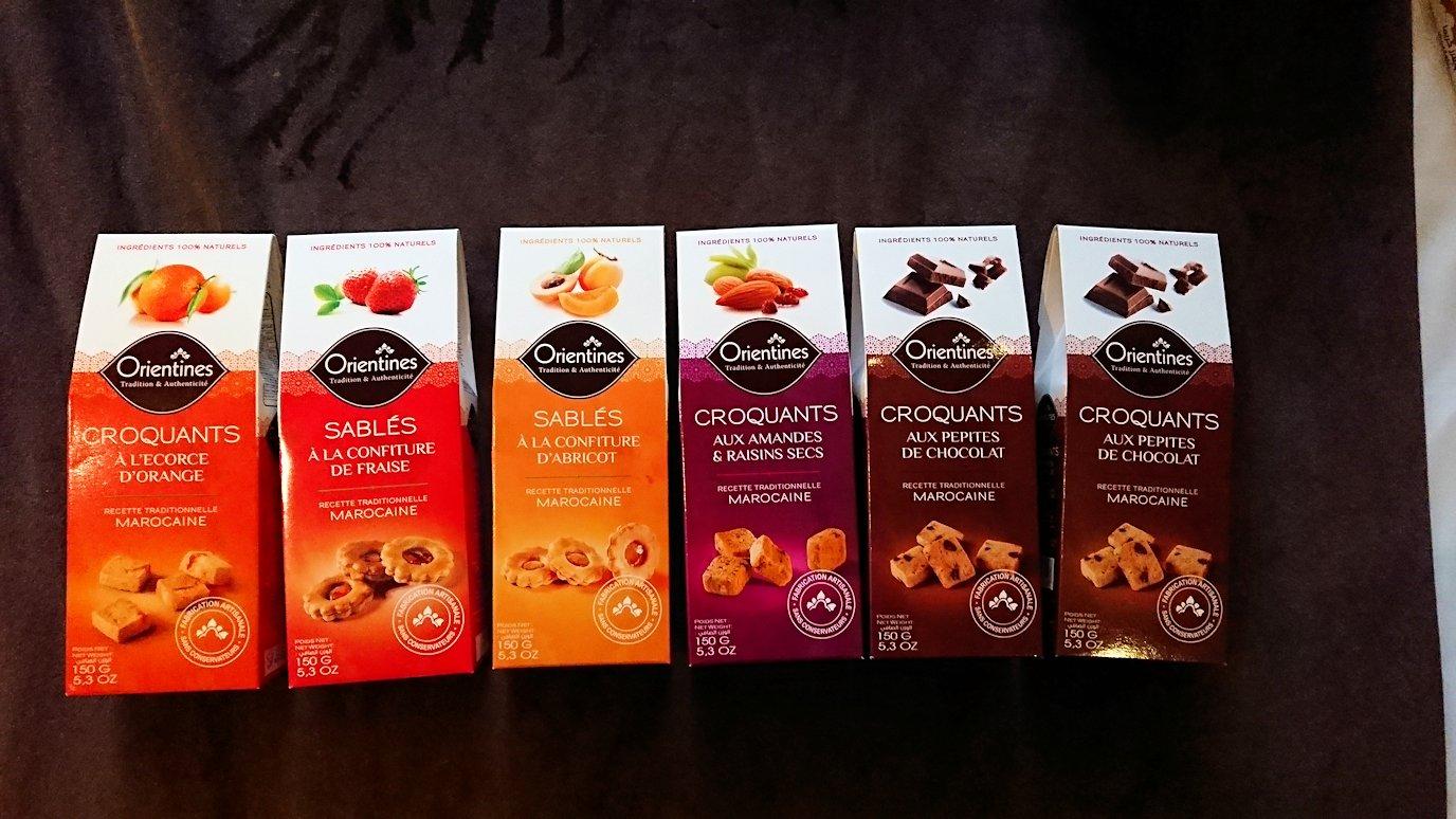 モロッコのマラケシュのホテルでさっき購入したお菓子類を確認
