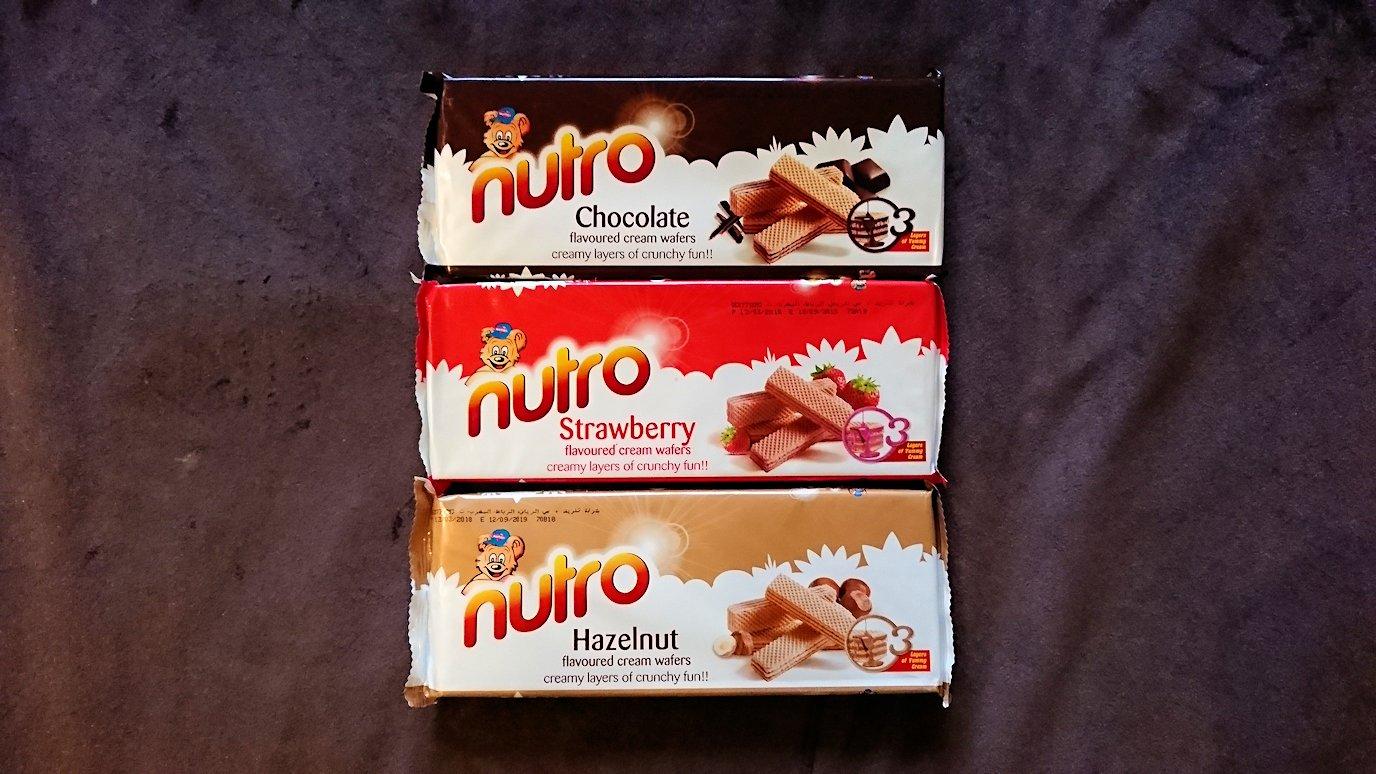 モロッコのマラケシュのホテルでさっき購入したお菓子類を確認3