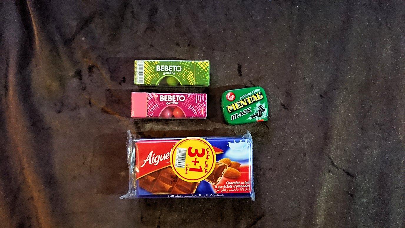 モロッコのマラケシュのホテルでさっき購入したお菓子類を確認7