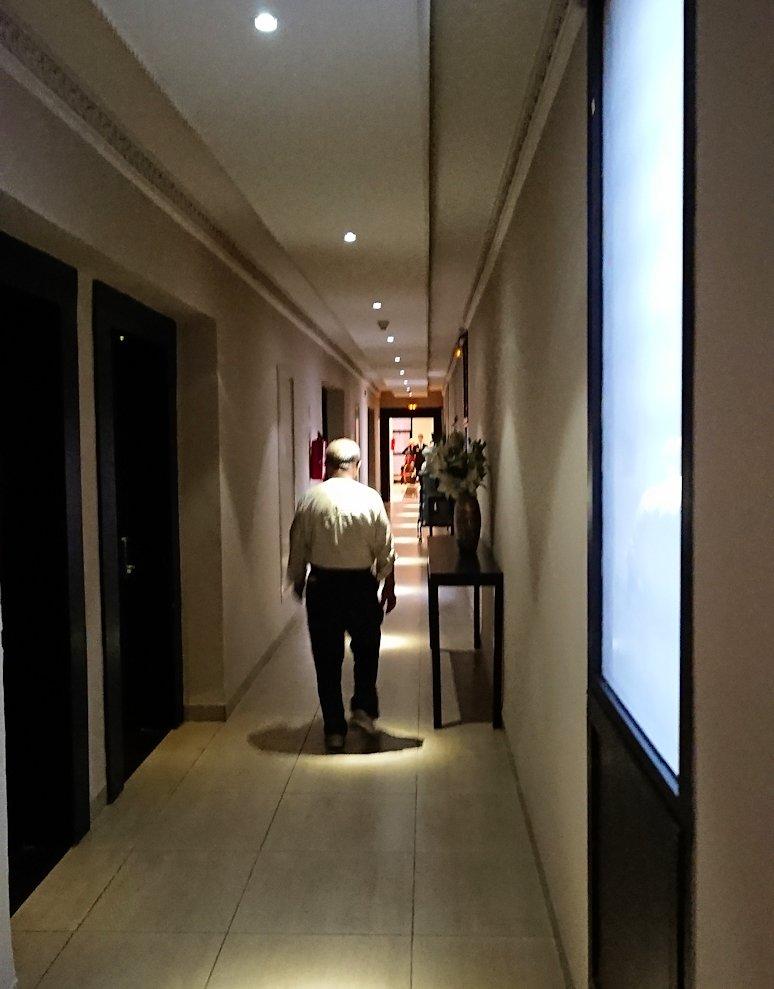 モロッコのマラケシュのホテルの部屋の廊下
