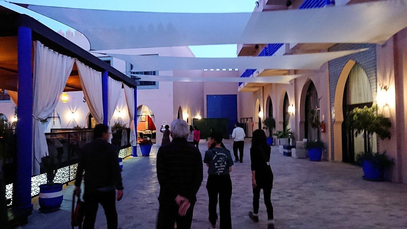 モロッコのマラケシュのホテル内のレストラン会場へ向かう