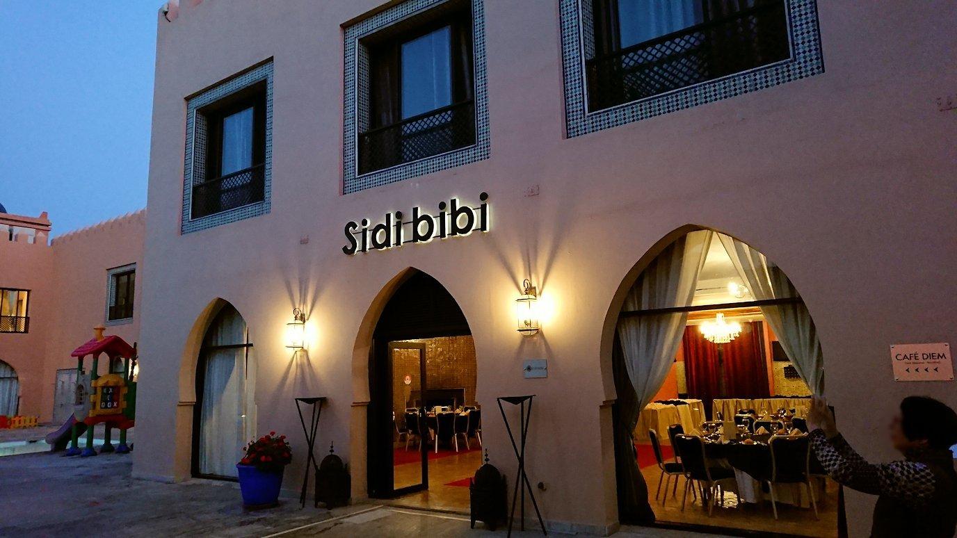 モロッコのマラケシュのホテル内のレストラン会場へ向かう1