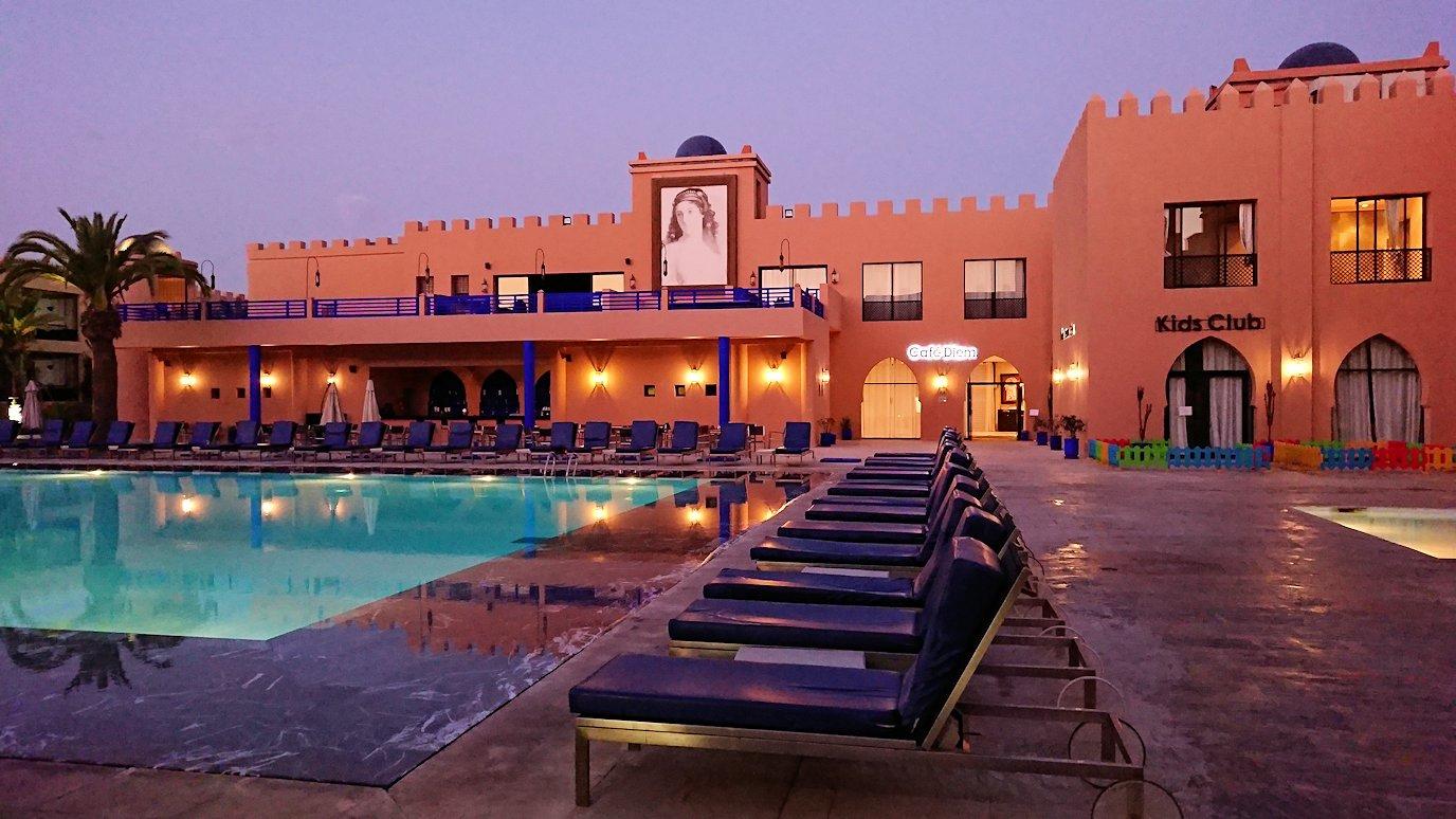 モロッコのマラケシュのホテル内のレストラン会場へ向かう2