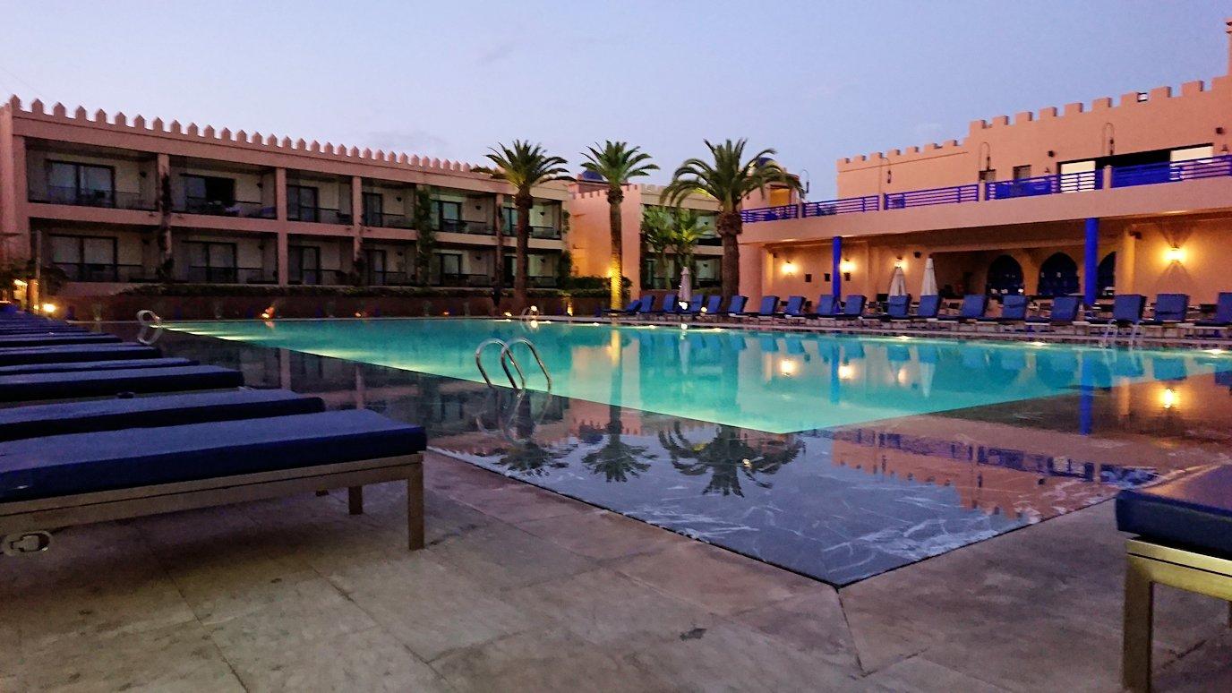 モロッコのマラケシュのホテル内のレストラン会場へ向かう3