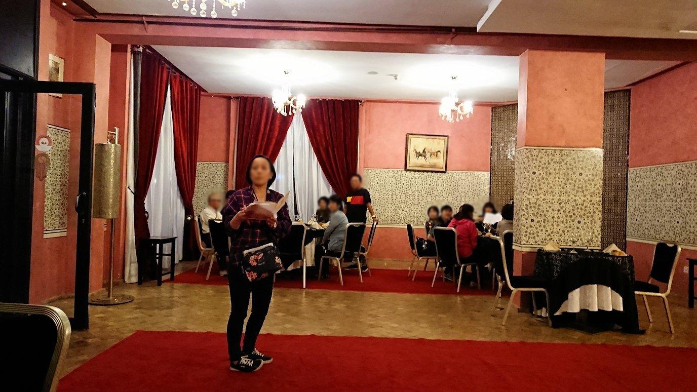 モロッコのマラケシュのホテル内のレストラン会場へ向かう4
