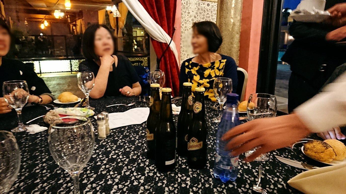 モロッコのマラケシュのホテル内のレストラン会場で夕食を食べる