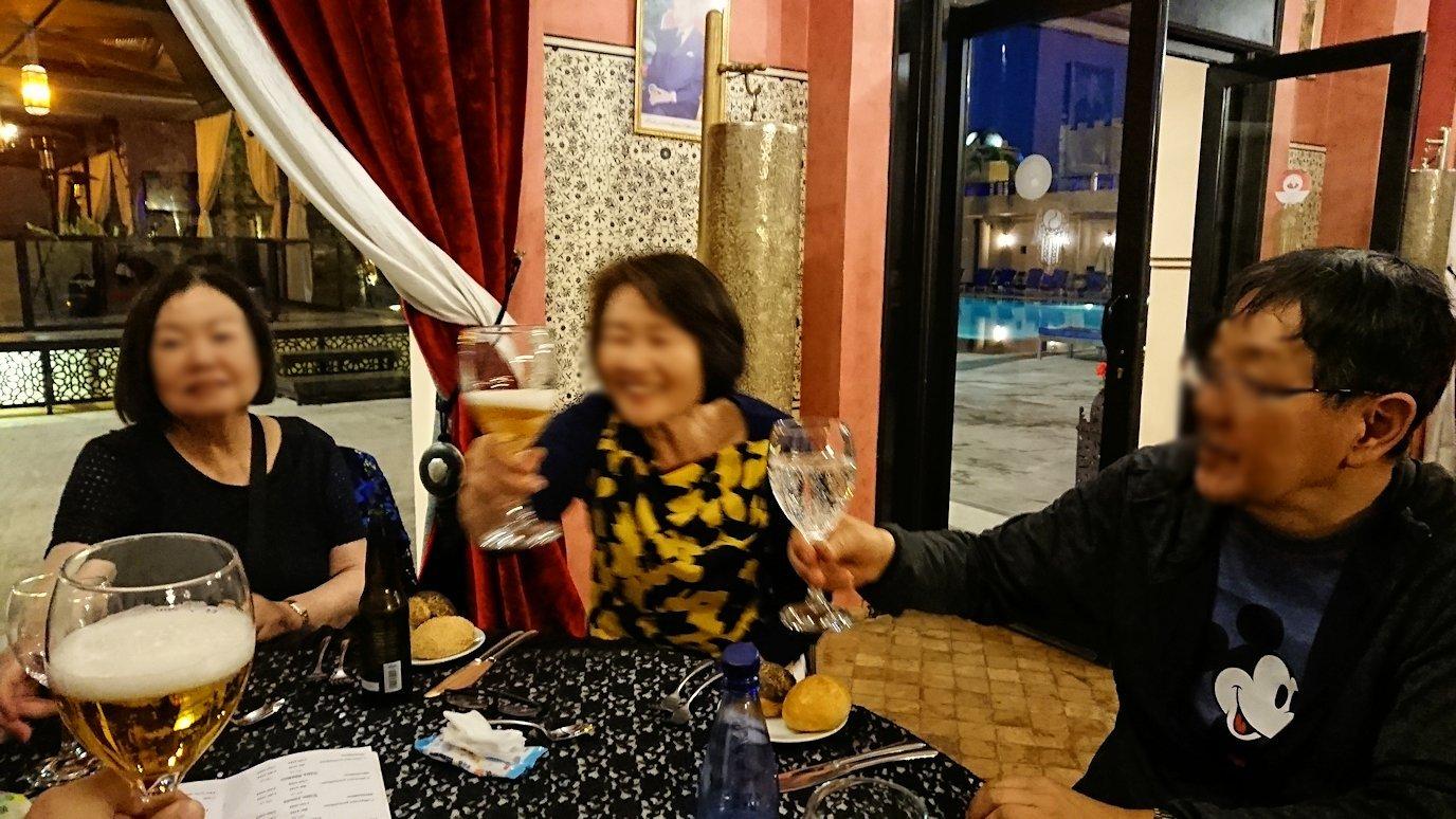 モロッコのマラケシュのホテル内のレストラン会場で夕食を食べる2