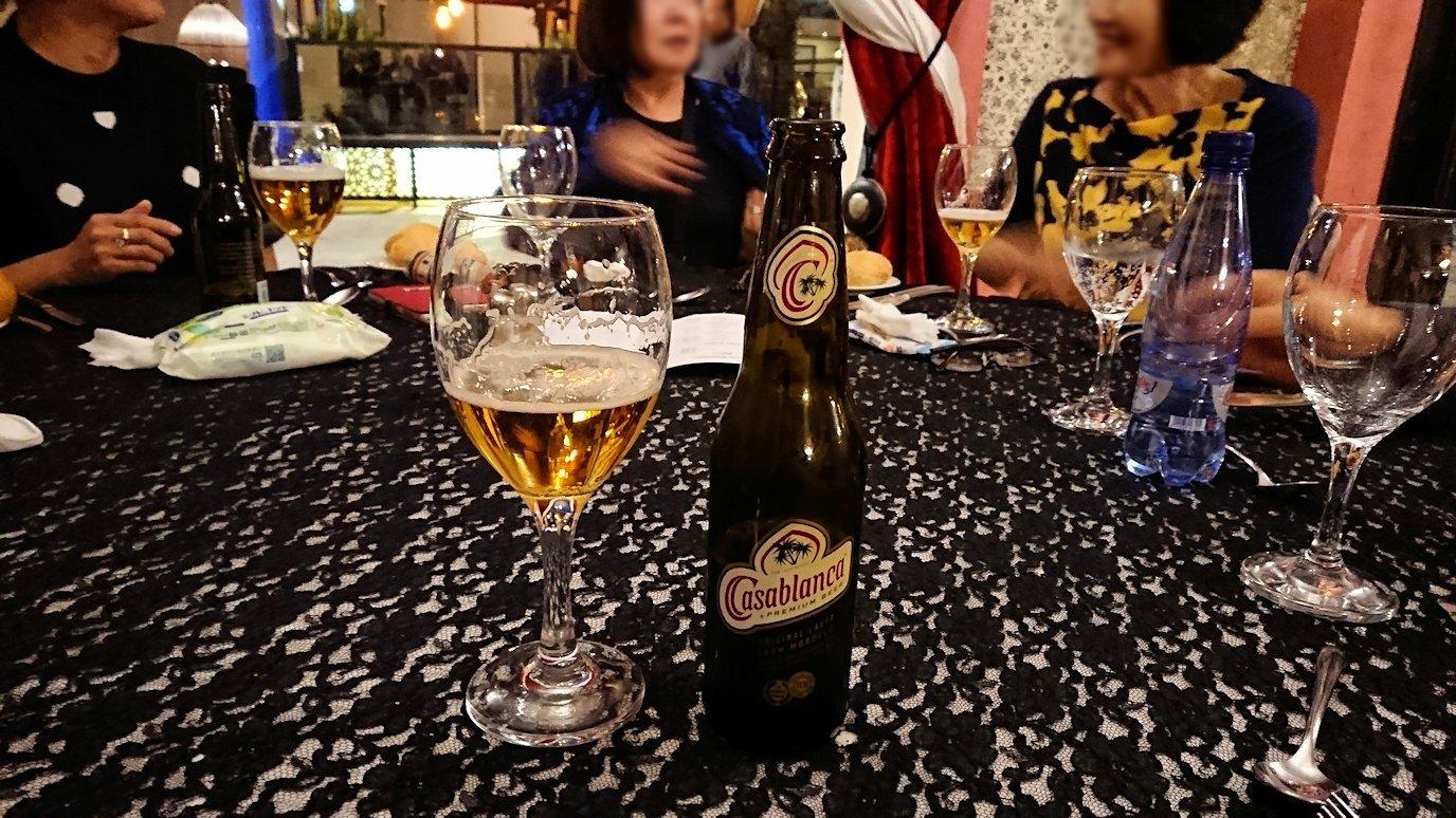 モロッコのマラケシュのホテル内のレストラン会場で夕食を食べる4