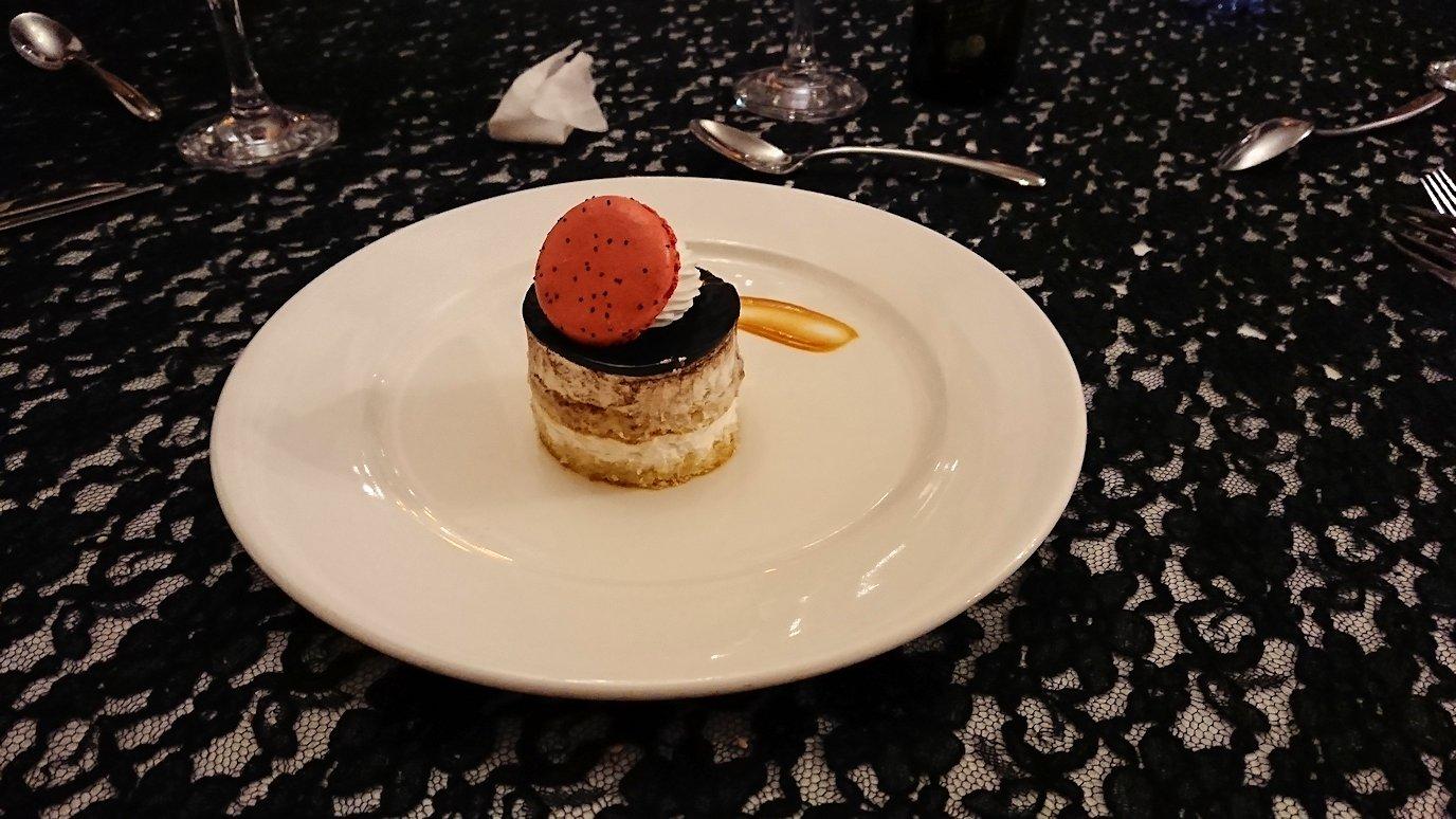 モロッコのマラケシュのホテル内のレストラン会場で夕食を食べる10