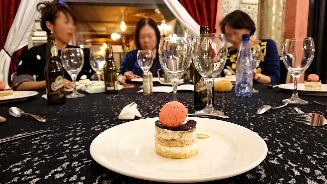 モロッコのマラケシュのホテル内のレストラン会場で夕食を食べる101