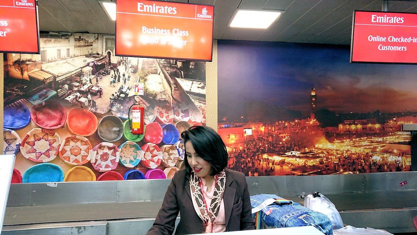 モロッコのカサブランカ空港でチェックインして飛行機に向かう3