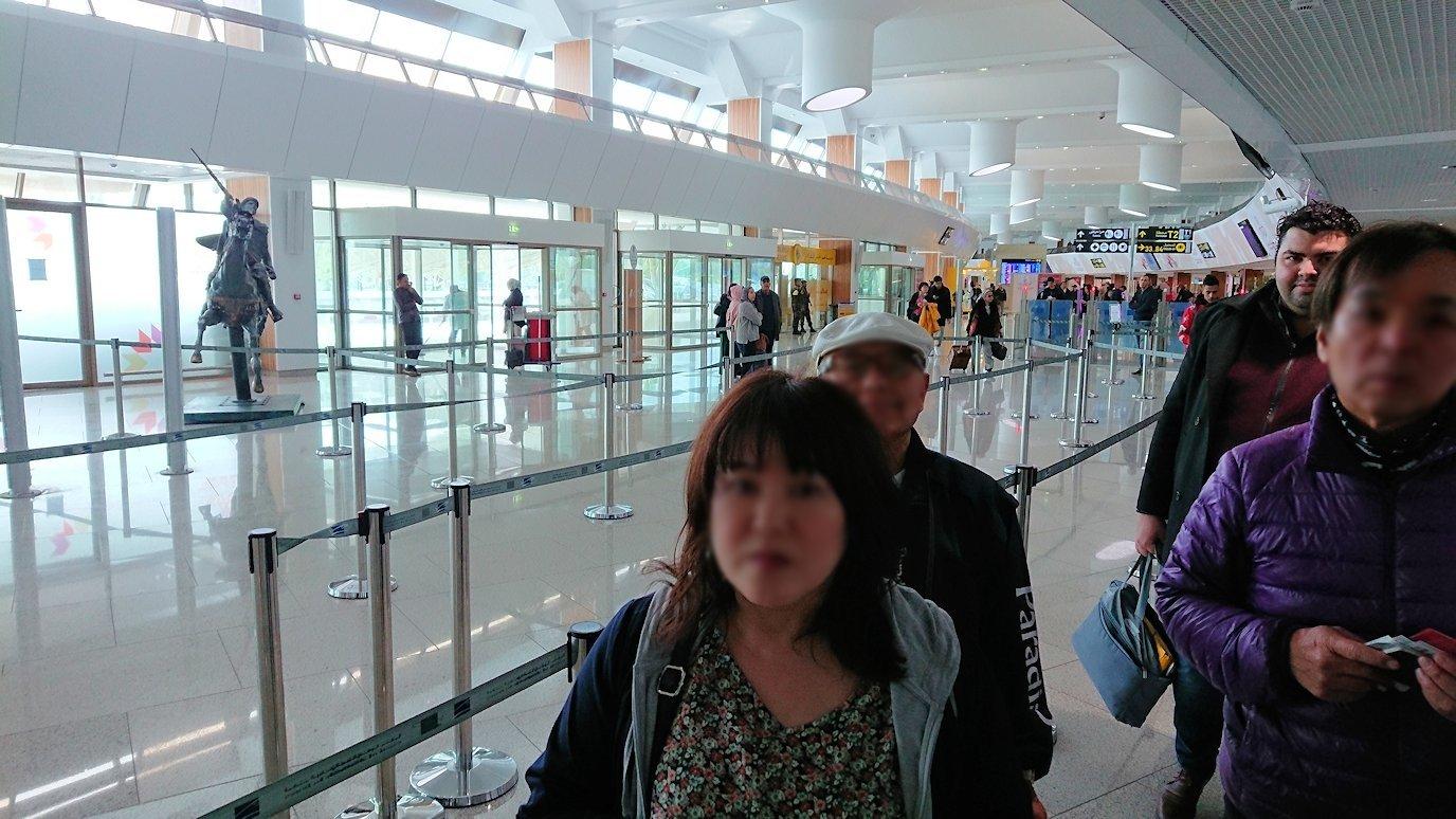 モロッコのカサブランカ空港でチェックインして飛行機に向かう9