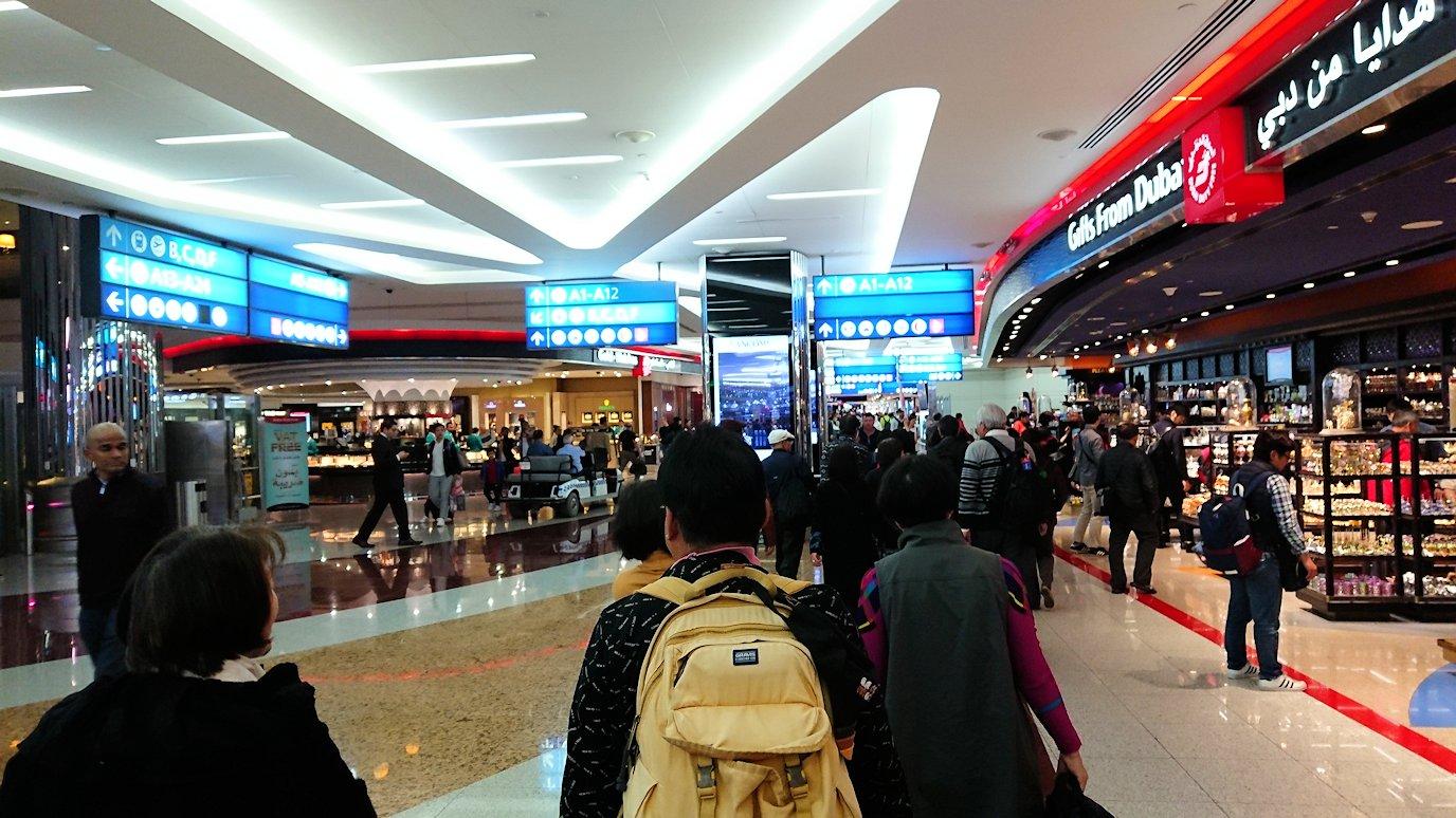 ドバイ国際空港に到着し待望のビジネスクラス・ラウンジに入る