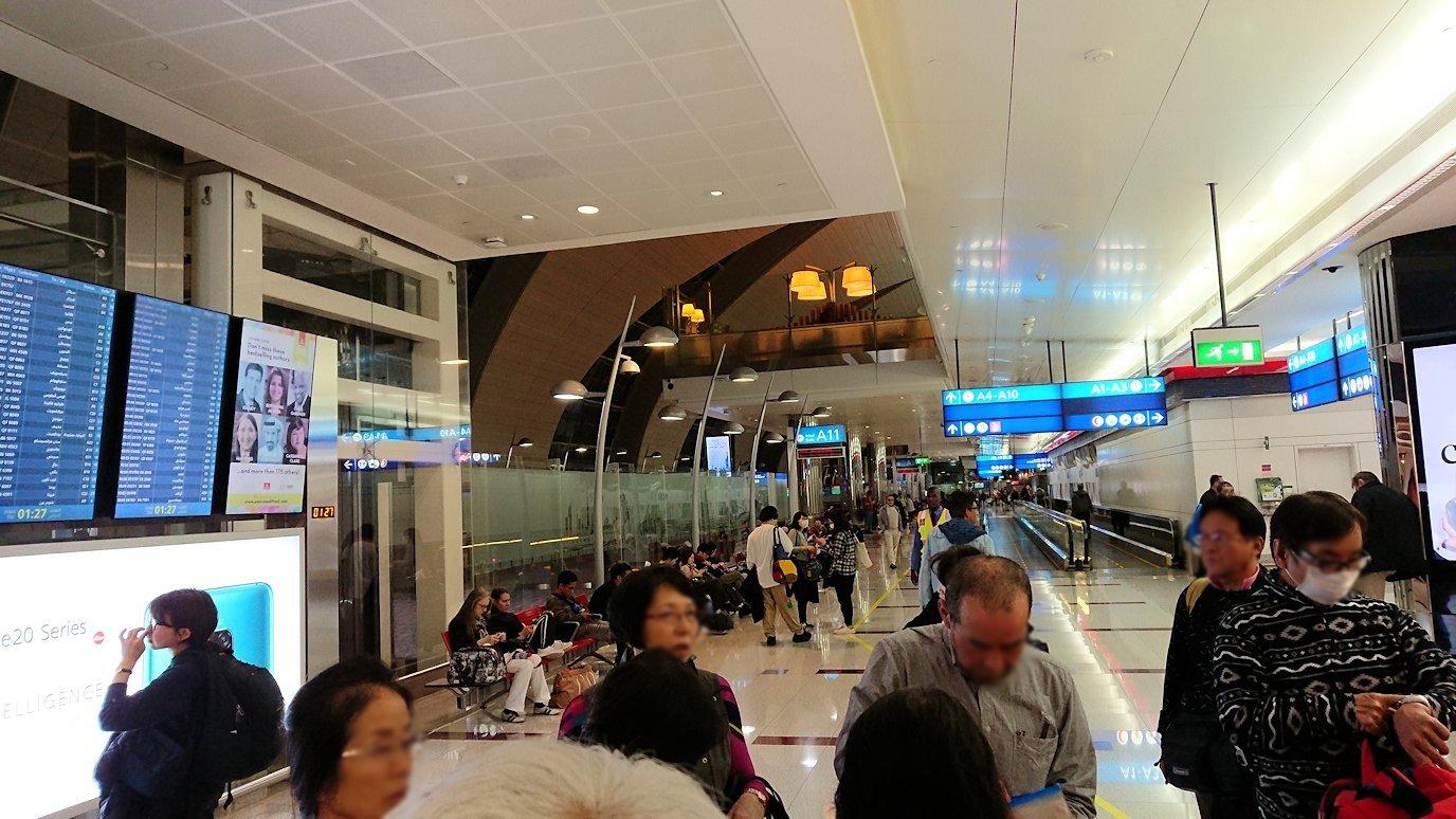 ドバイ国際空港に到着し待望のビジネスクラス・ラウンジに入る2