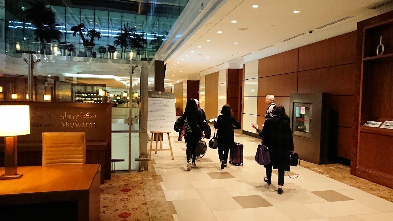 ドバイ国際空港に到着し待望のビジネスクラス・ラウンジに入る8