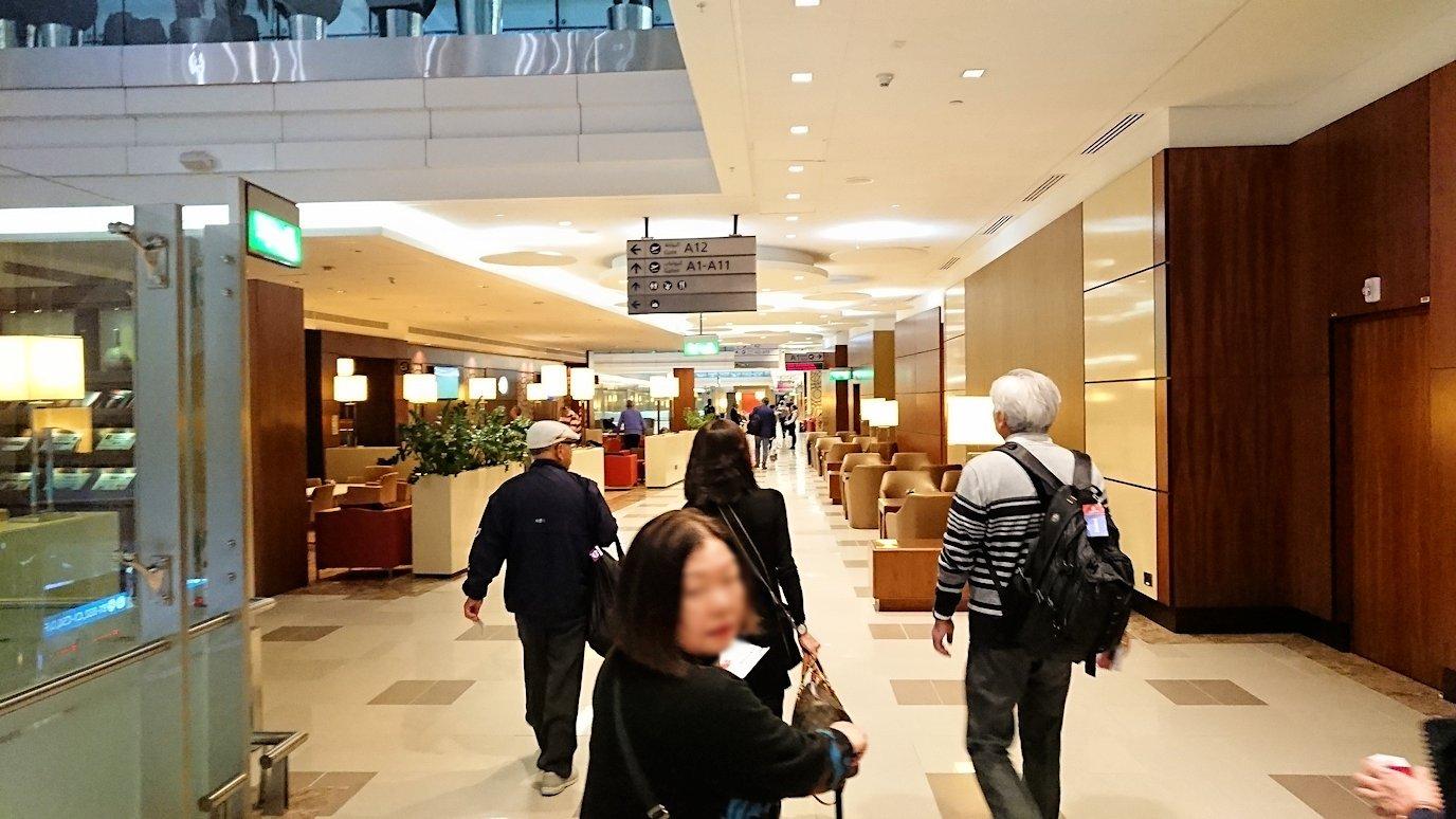 ドバイ国際空港に到着し待望のビジネスクラス・ラウンジに入る9