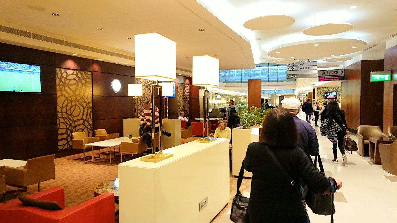 ドバイ国際空港に到着し待望のビジネスクラス・ラウンジに入った様子
