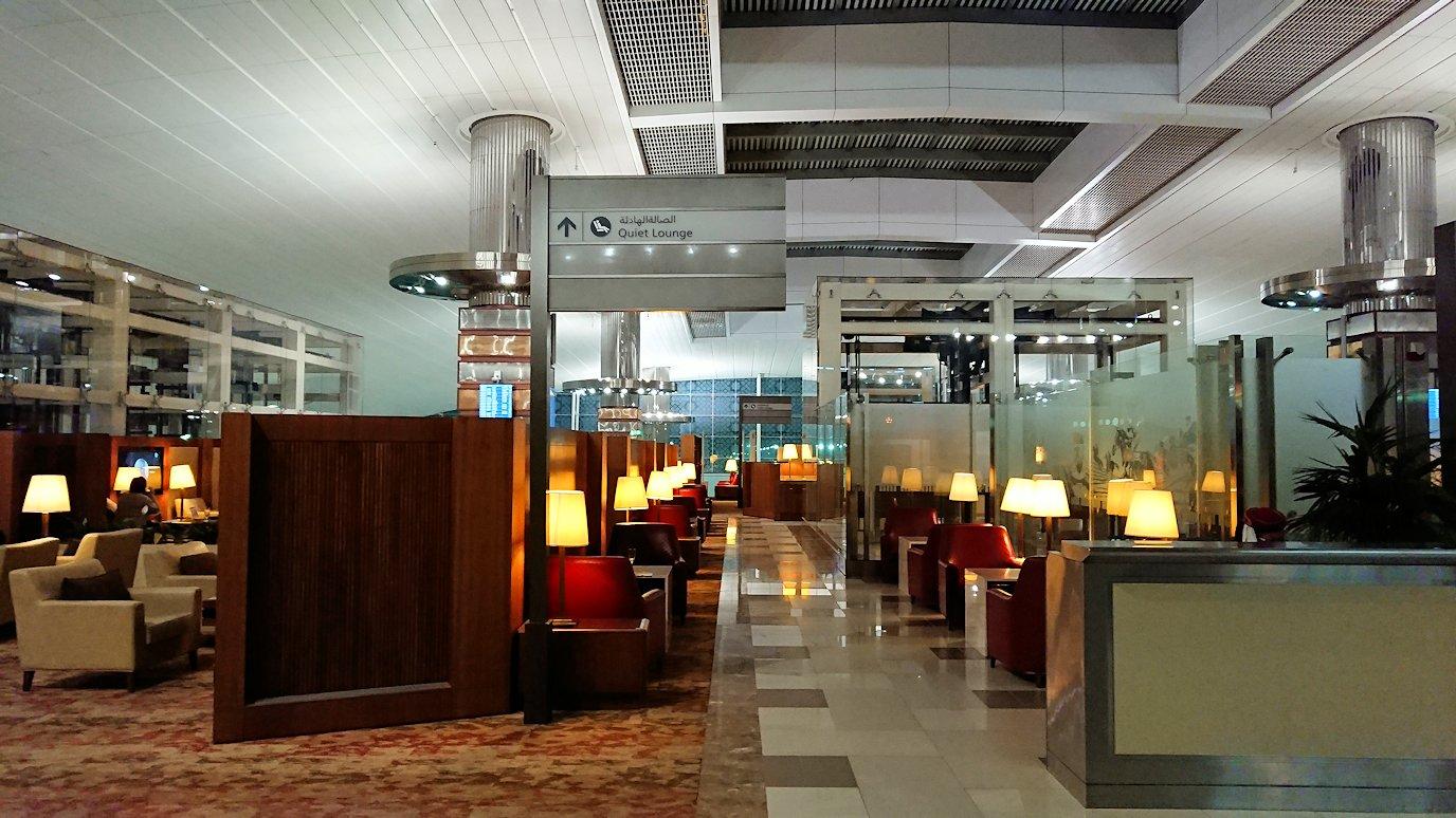 ドバイ国際空港に到着し待望のビジネスクラス・ラウンジで飛行機までの時間を過ごす
