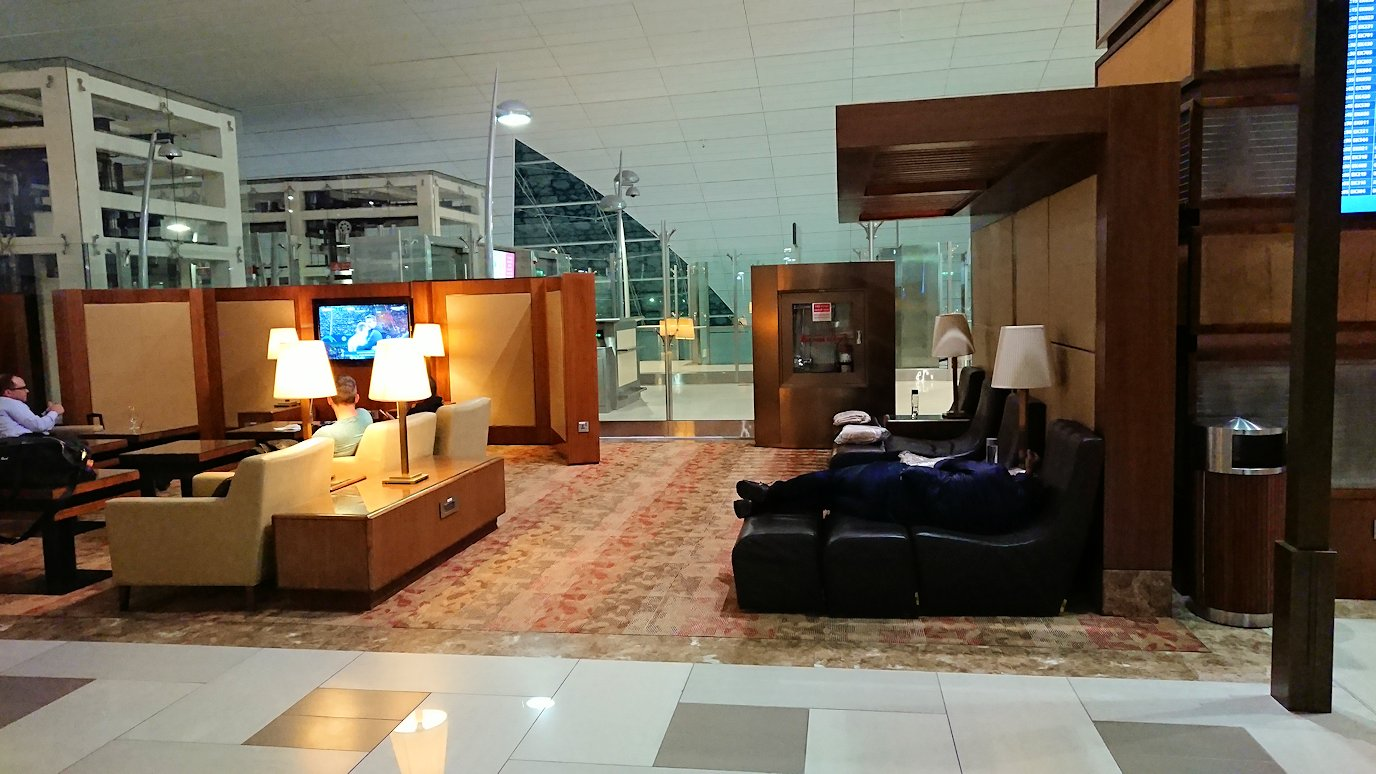 ドバイ国際空港に到着し待望のビジネスクラス・ラウンジで飛行機までの時間を過ごす2