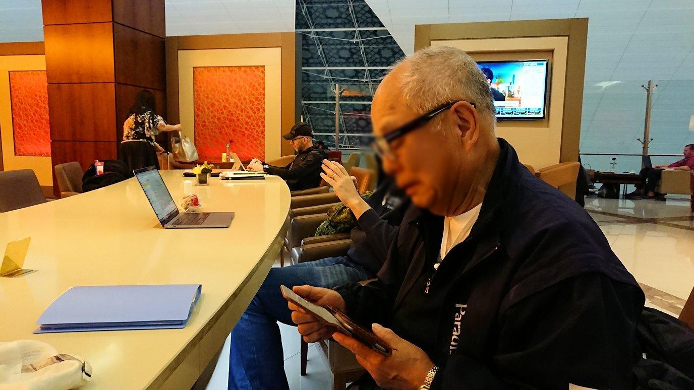 ドバイ国際空港に到着し待望のビジネスクラス・ラウンジで飛行機までの時間を過ごす4