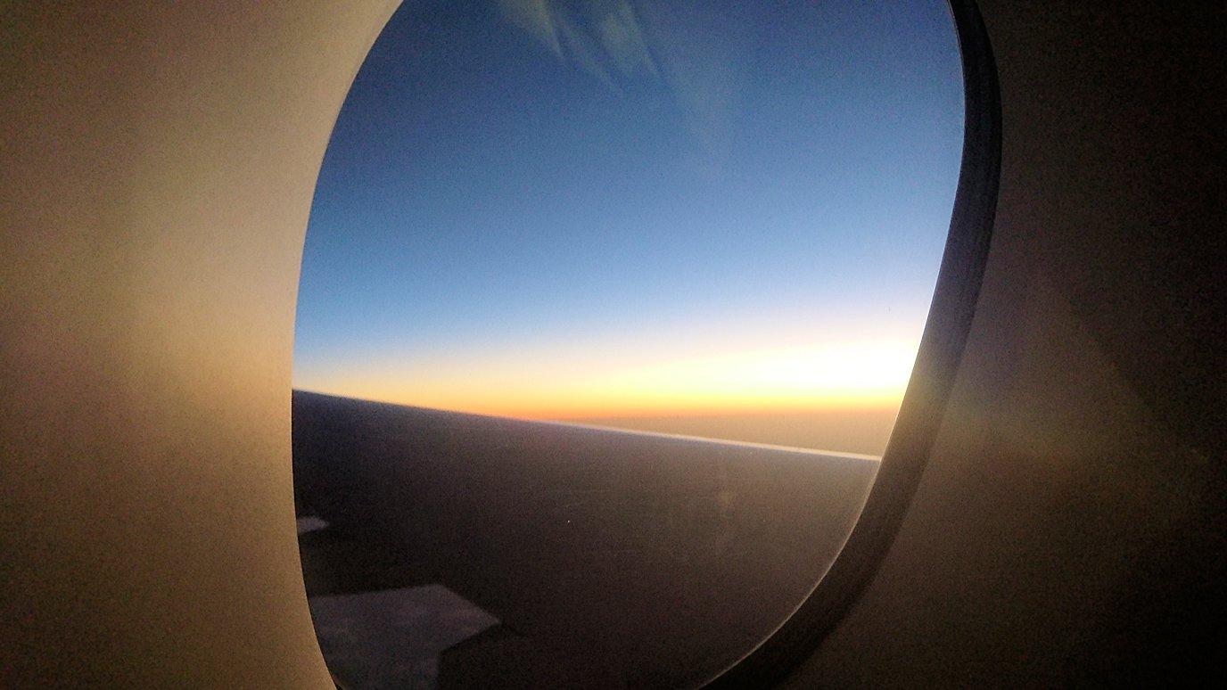 ドバイ国際空港から関西国際空港に向けて飛んでいる飛行機の機内から