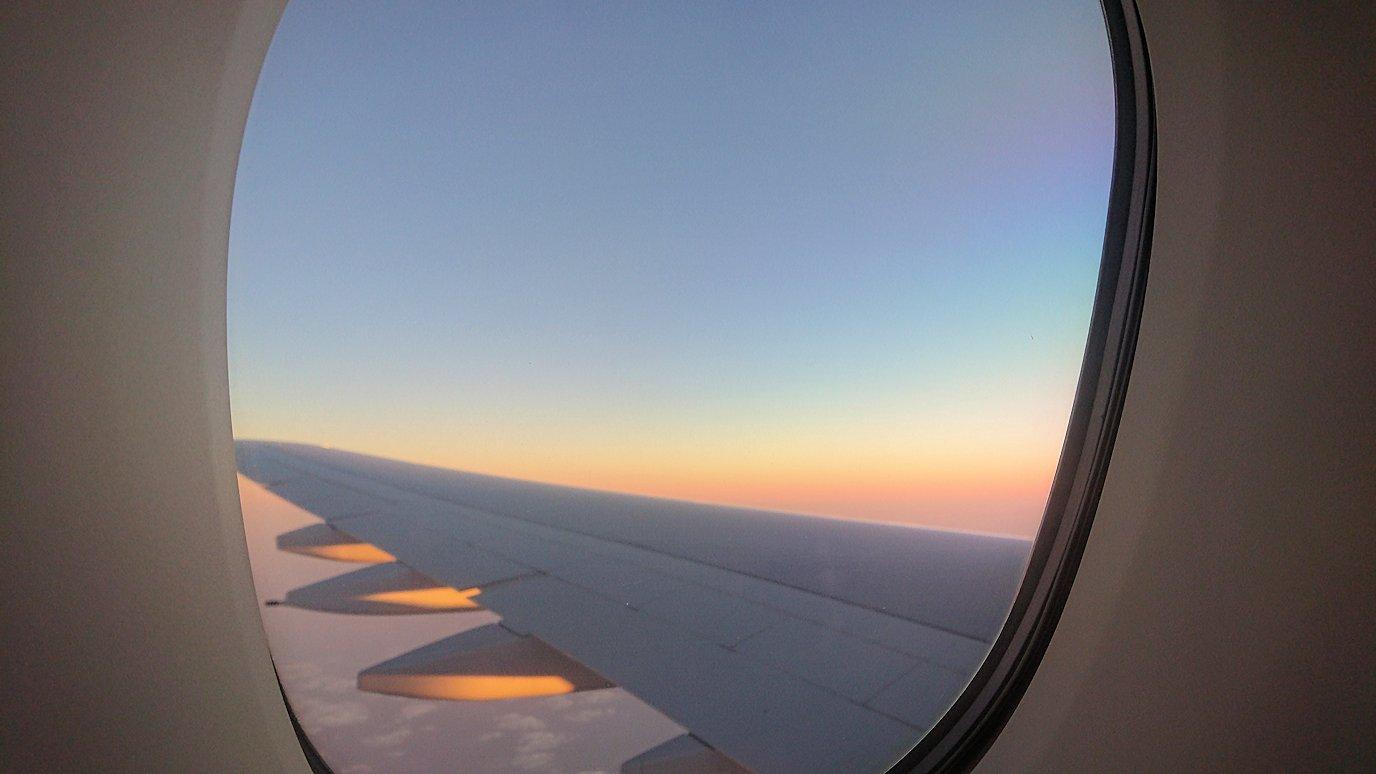 ドバイ国際空港から関西国際空港に向けて飛んでいる飛行機の機内から2