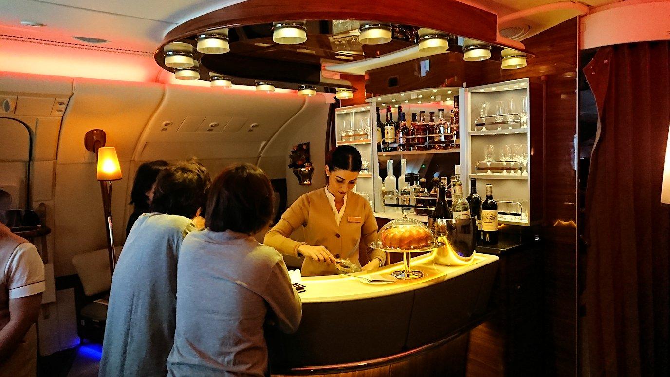 ドバイ国際空港から関西国際空港に向けて飛んでいる飛行機の機内から3