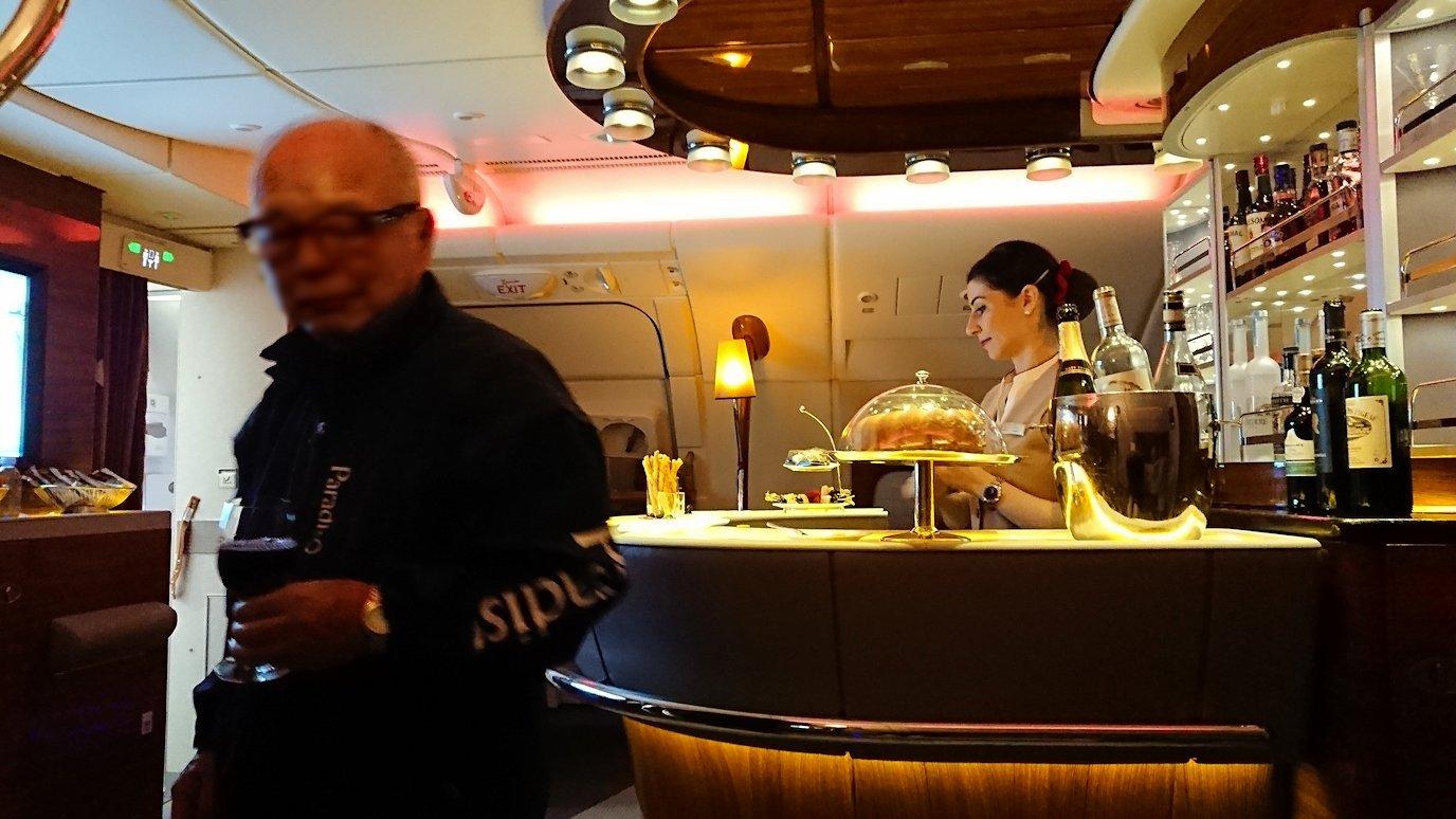 ドバイ国際空港から関西国際空港に向けて飛んでいる飛行機の機内から7