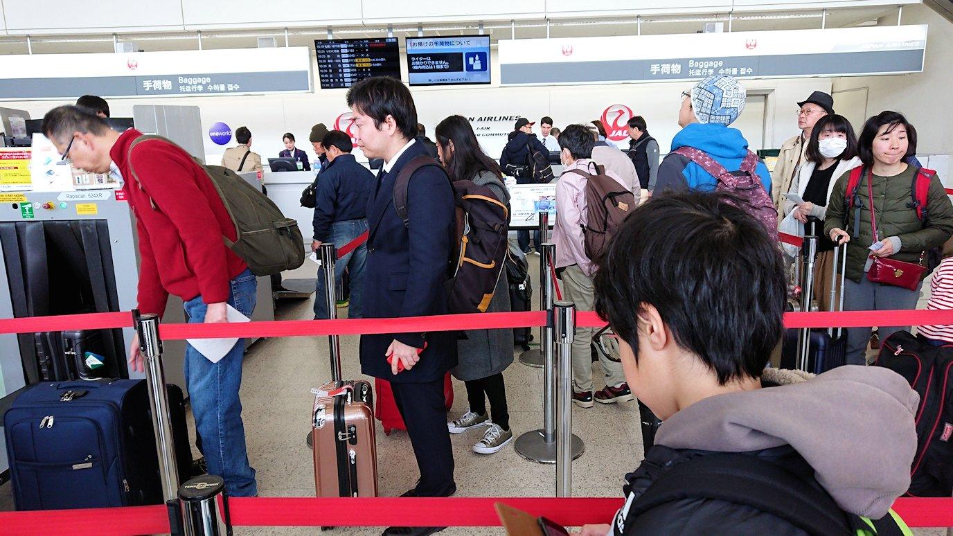 函館空港に伊丹空港でまずはチェックイン手続きを3
