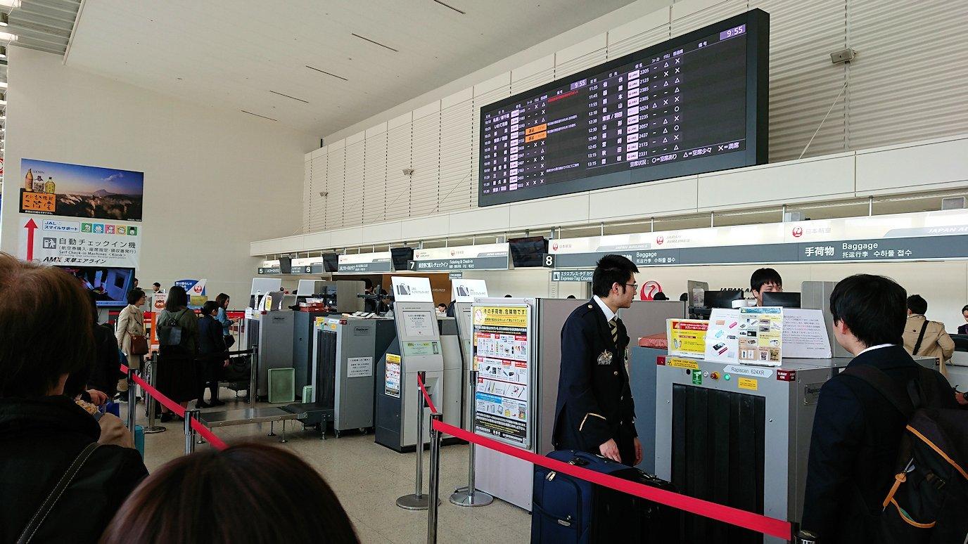 函館空港に伊丹空港でまずはチェックイン手続きを4