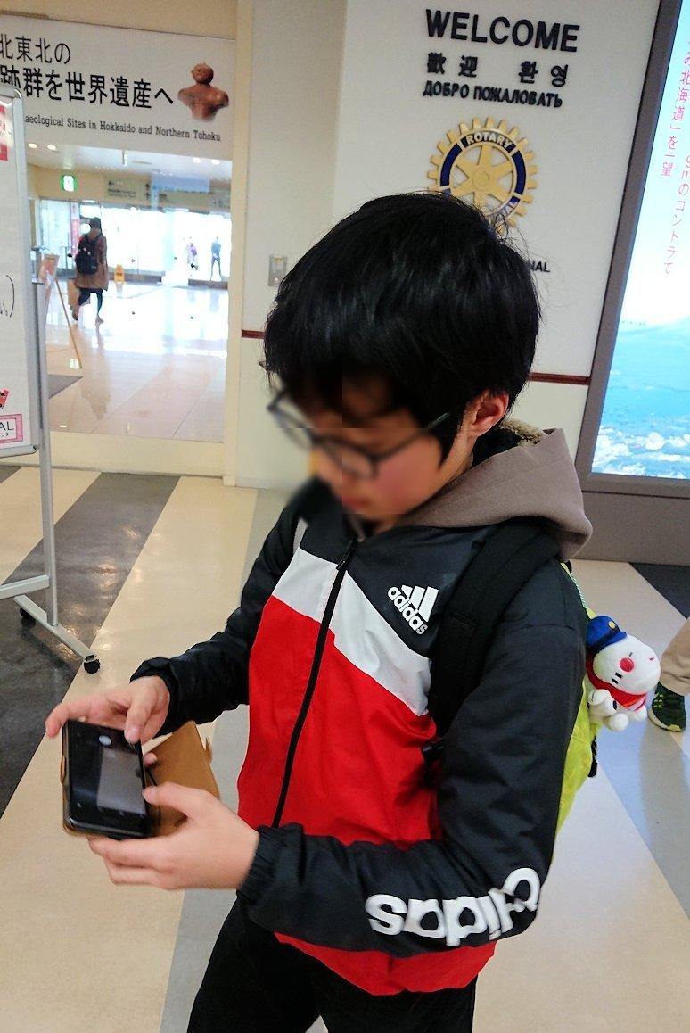 無事函館空港に到着し、内部を見て回る4