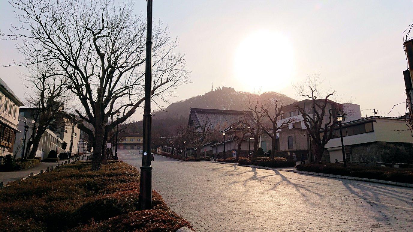 函館空港から市内にある「天然温泉 ホテルパコ函館別亭」に到着しその部屋を確認後、函館市内の赤レンガ倉庫から函館山を目指す途中の様子3