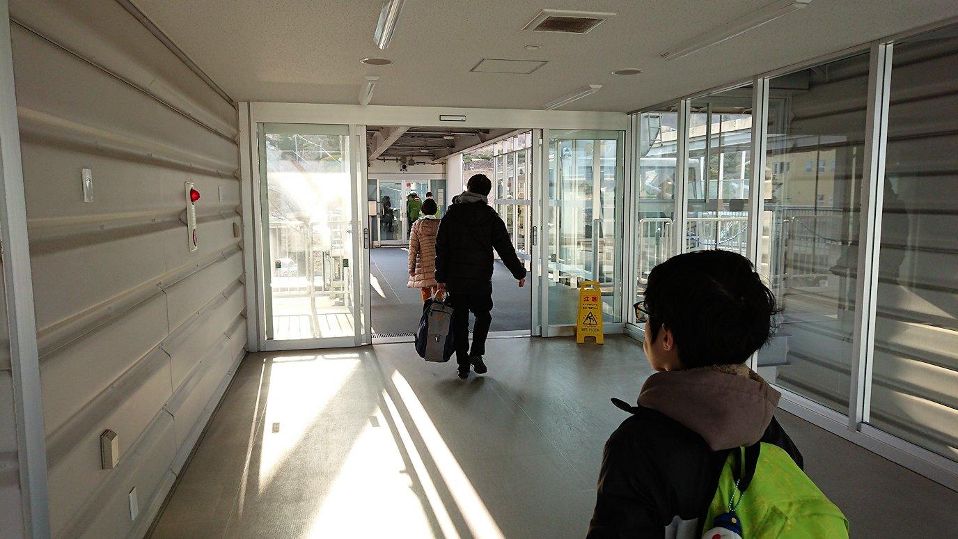 函館市内の函館山ロープウェイ乗り場で頂上を目指す