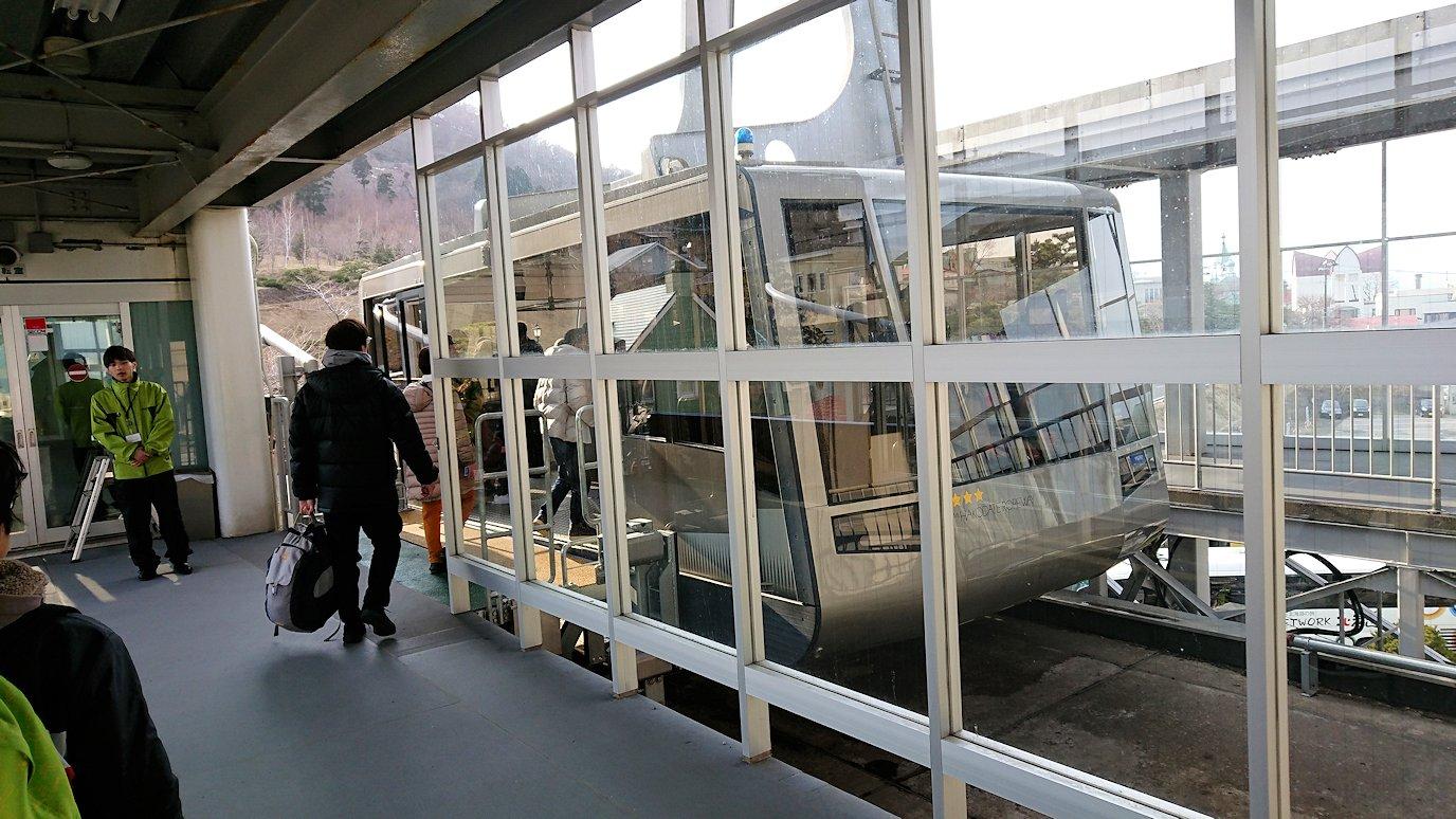 函館市内の函館山ロープウェイ乗り場で頂上を目指す1