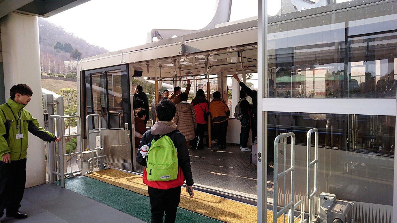 函館市内の函館山ロープウェイ乗り場で頂上を目指す2