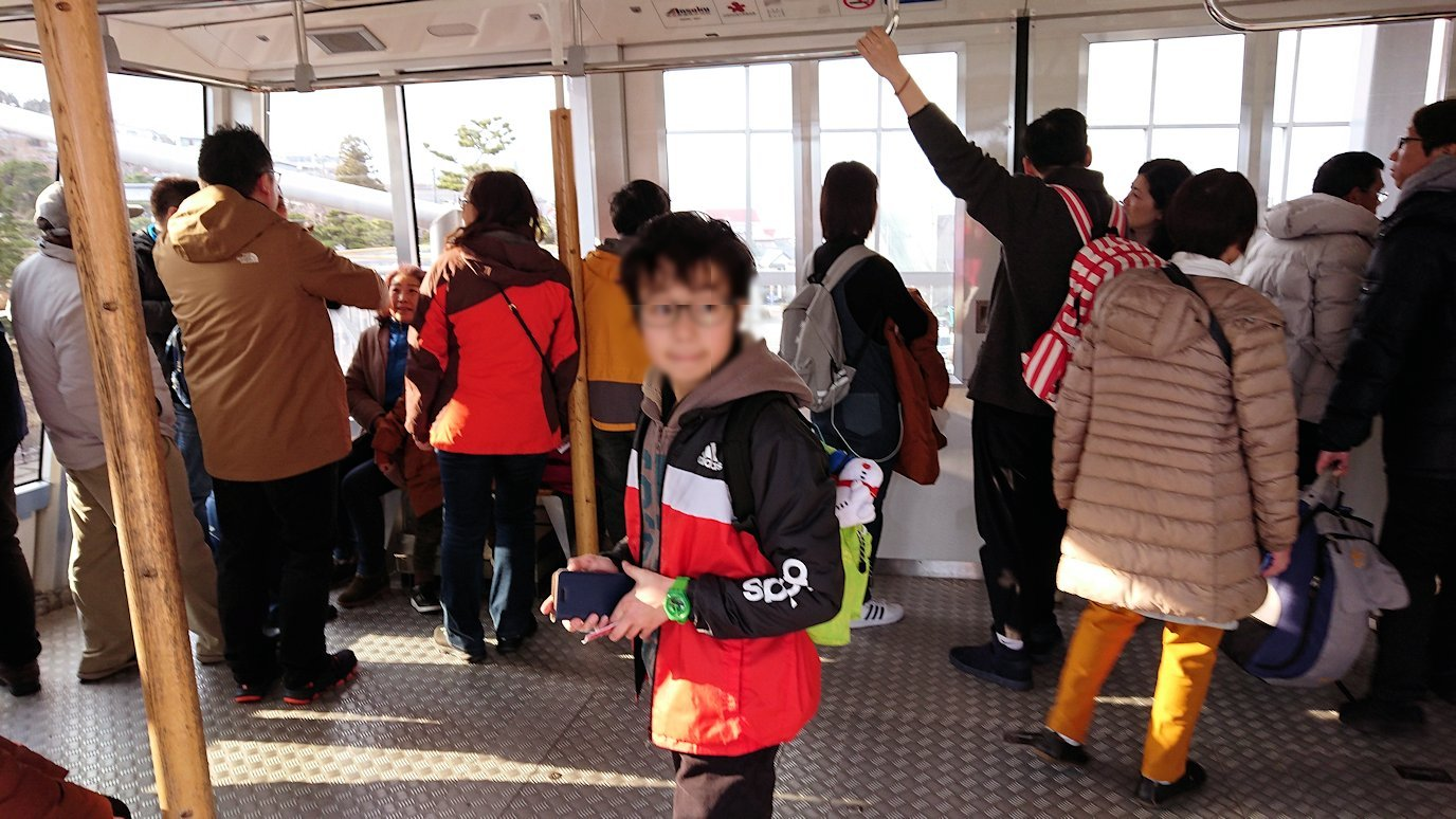 函館市内の函館山ロープウェイ乗り場で頂上を目指す3