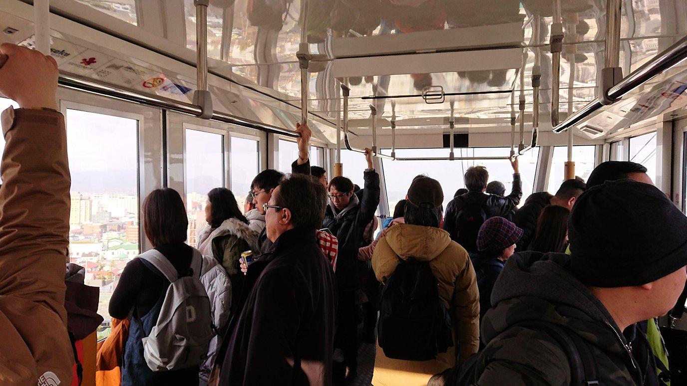 函館市内の函館山ロープウェイ乗り場で頂上を目指す5