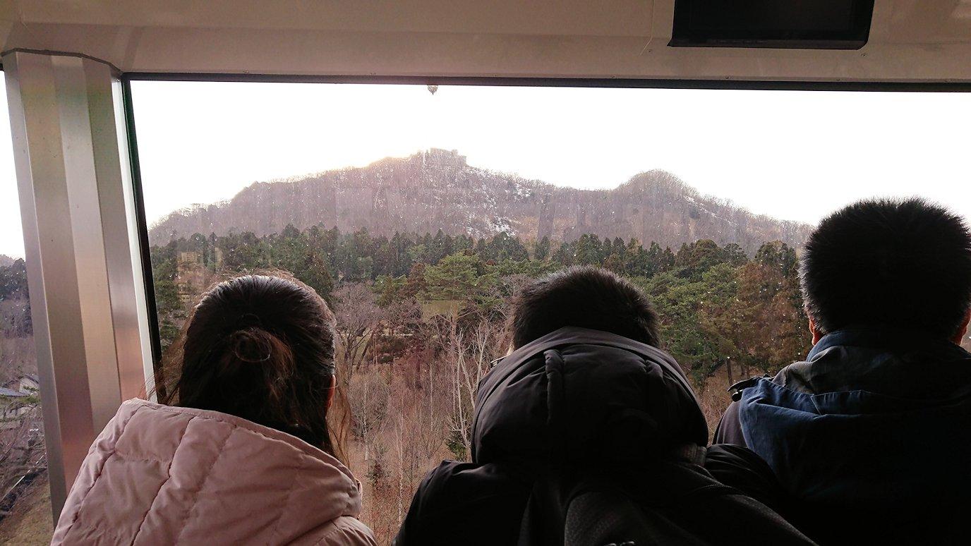 函館市内の函館山ロープウェイ乗り場で頂上を目指す7
