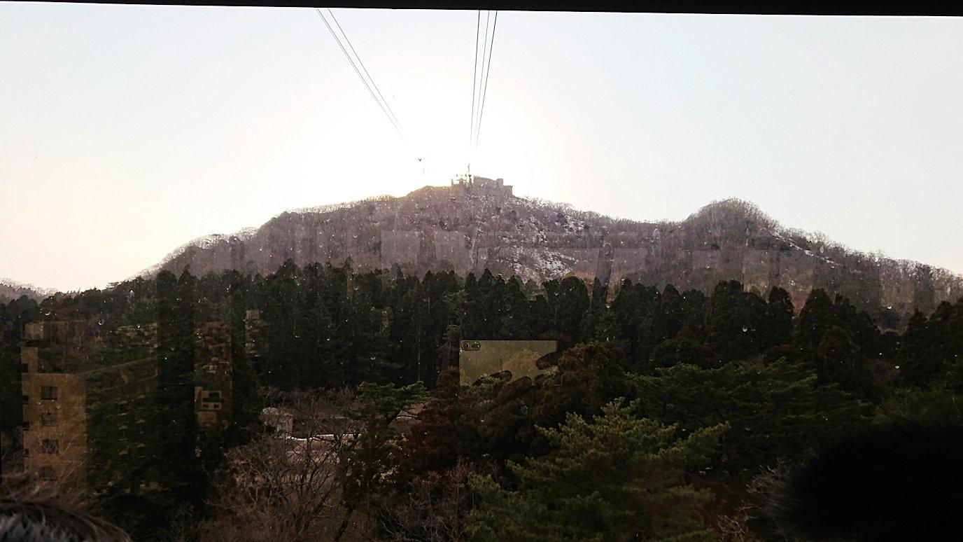函館市内の函館山ロープウェイ乗り場で頂上を目指す8