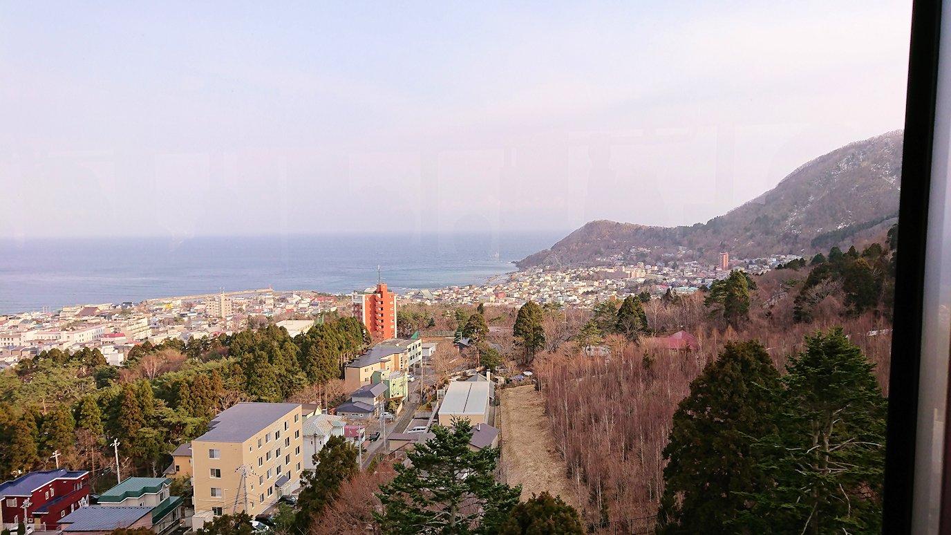 函館市内の函館山ロープウェイ乗り場で頂上を目指す9