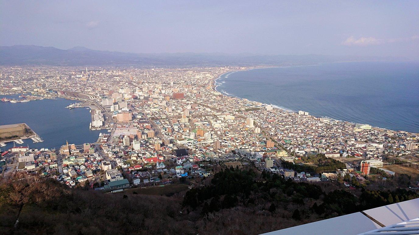 函館市内の函館山ロープウェイで頂上に到着し展望デッキに向かう