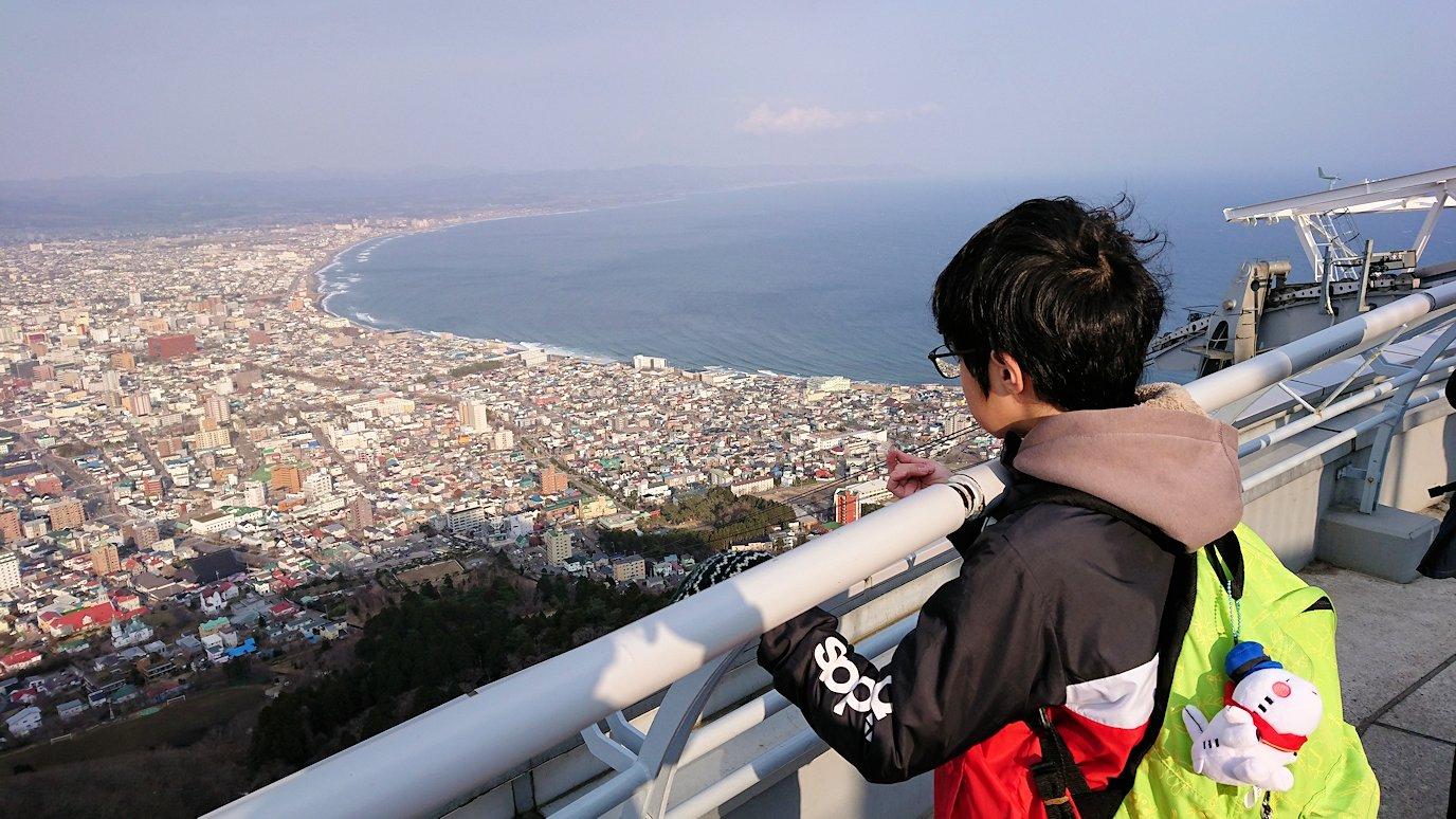 函館市内の函館山ロープウェイで頂上に到着し展望デッキに向かう1