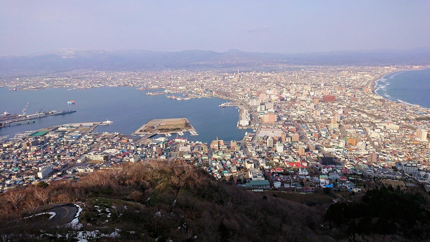 函館市内の函館山ロープウェイで頂上に到着し展望デッキに向かう3